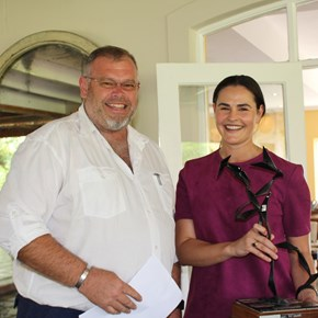 Nicolaas Rust & Liesa vd Merwe with the Swarte Piet Award on behalf of Ivy du Toit from Jason's Hill
